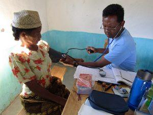 Darmowa konsultacja lekarska mobilnego zespołu leczniczego w Madagaskarze [wikimedia]